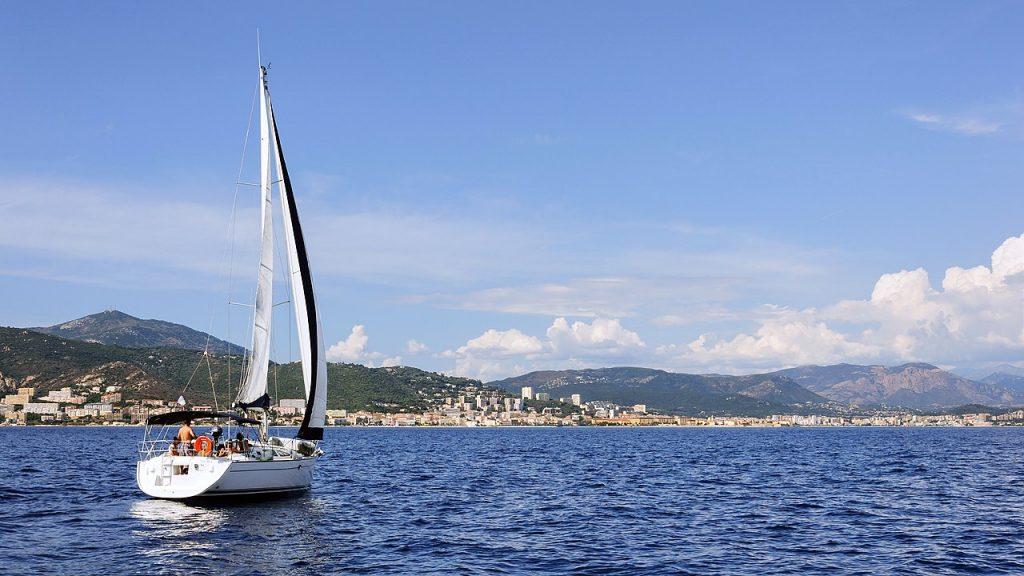 voilier dans la baie d'Ajaccio